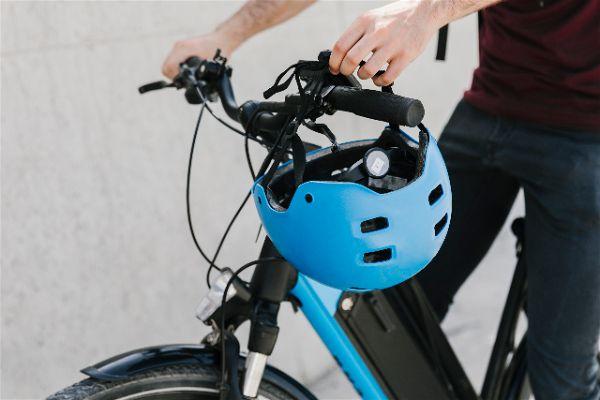 Normativa sobre cascos y patinetes electricos